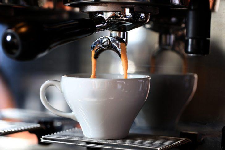 コーヒーを注いでいる画像