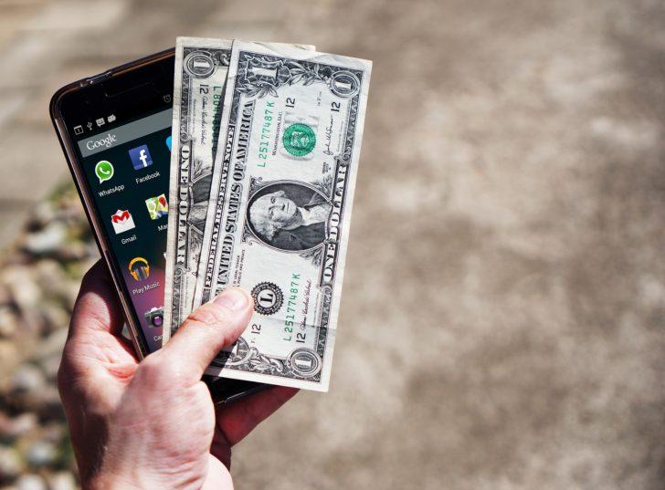 スマホとお金の画像