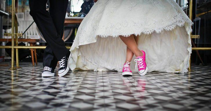 黒とピンクの靴の画像