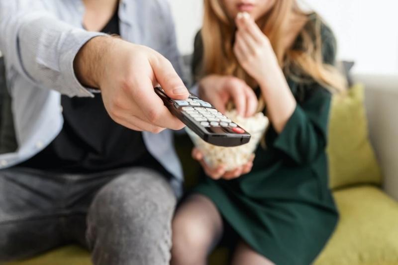 テレビをみる男女の画像