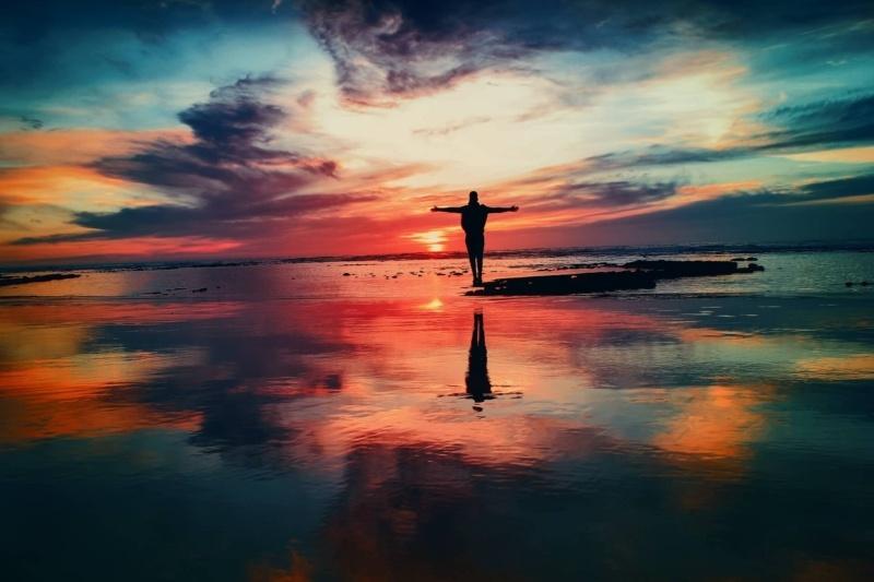 夕日に映るヒトの画像