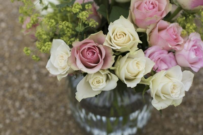 花瓶にチューリップが入ってある画像