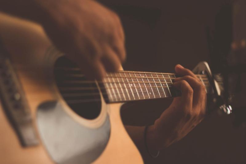 ギターを弾いている画像